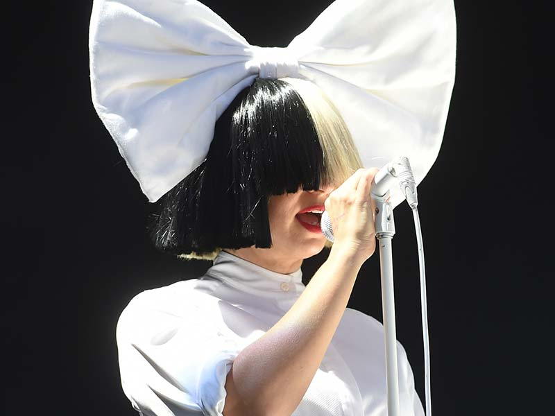 How Is Sia Without Wig? Still Shines Like A Chandelier